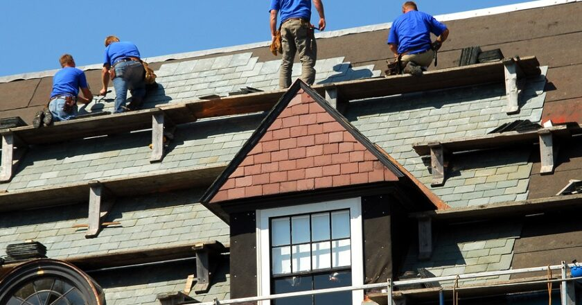 Things to check for in the roofing contractor when in emergency